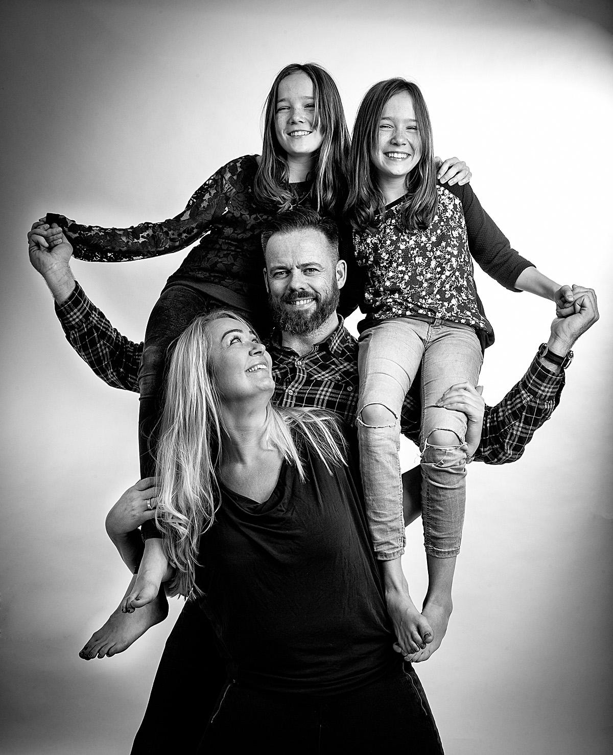Familieportræt en fotosession af hele familien