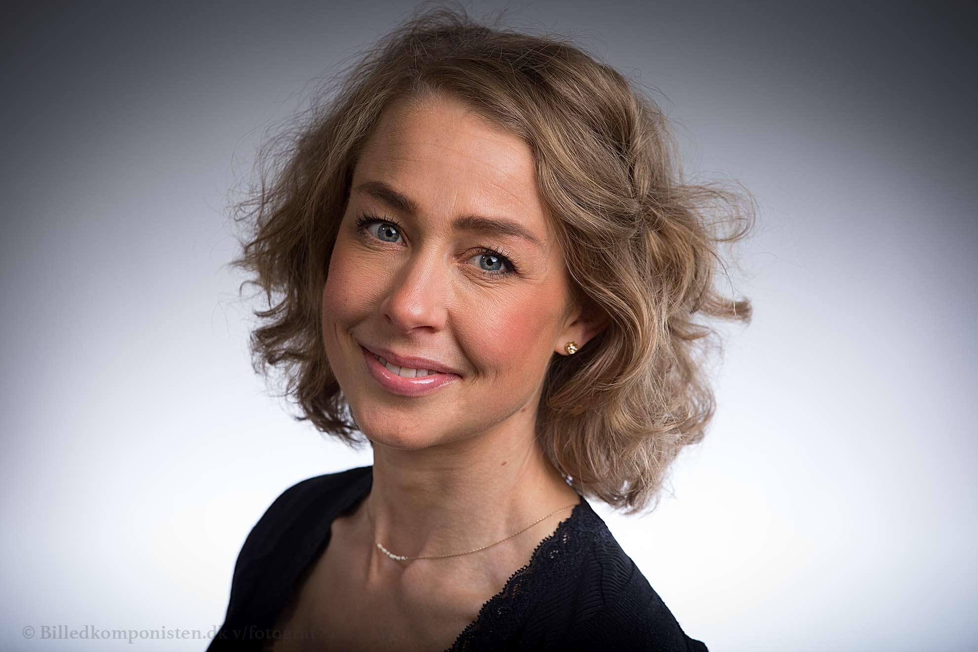Portrætfoto af Kathrine Kiilsholm Ottesen af fotograf Søren Weile fra København. Portrætfoto til Linkedin, Erhvervsportræt og Cv portrætfoto