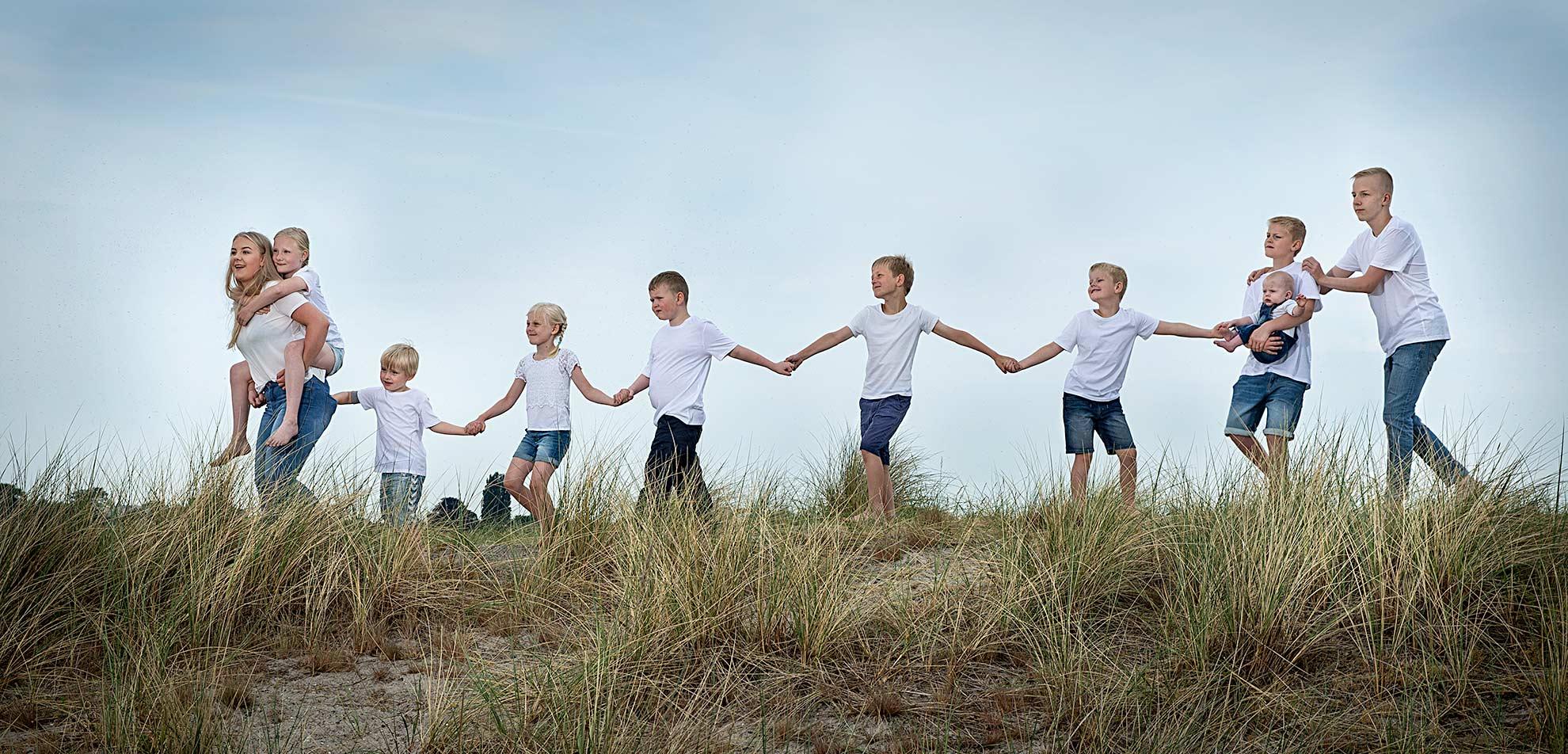 Kreativ gruppefoto og familiefoto ude i det fri her i København af fotograf Søren Weile